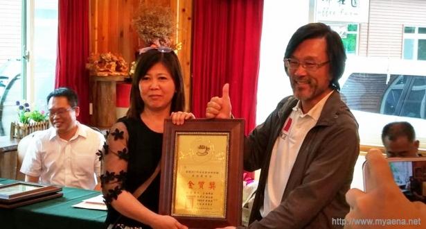 本屆囊括水洗特等獎、頭等獎和其他處理組金質獎的馨晴咖啡–黃美桃(左),右為台灣咖啡達人韓懷宗老師。