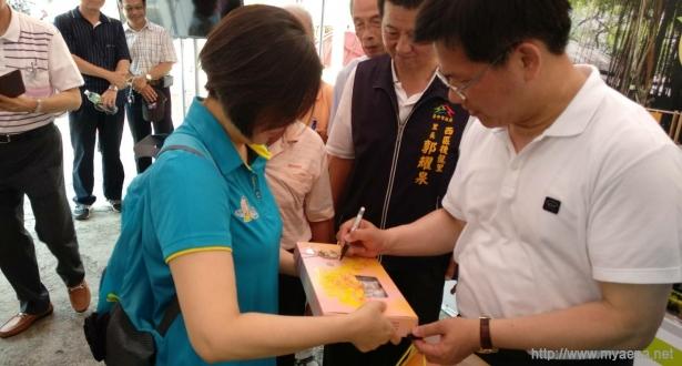 台中市西區地方意見領袖座談,市長林佳龍特別簽名推薦西區在地伴手禮。
