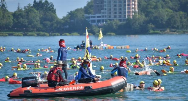 在南投縣政府的全力支持下,一年一度的日月潭萬人泳渡確定於9/27如期舉辦~ (投縣府提供 資料照片)