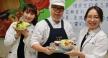 臺中慈濟慶祝營養師節教鄉親們製作做蔬食沙拉。