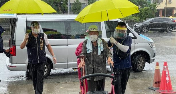 東區快打站工作人員貼心為長者撐傘 減少降雨帶來的不便