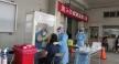 臺中慈濟醫院牙科主任陳萬宜首次參與快篩採檢,將心比心用手感讓受檢者不會太不舒服。